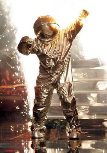 图文:主持人布莱克变成太空人亮相方式超酷