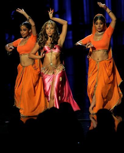 图文:夏奇拉变身印度美女跳柔软肚皮舞勾人魂