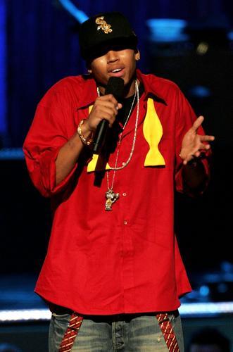 图文:嘉宾歌手克里斯布朗火红肥袍登台献唱