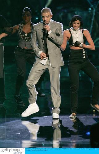 图文:贾斯汀-汀布莱克登台热舞献唱气氛火爆