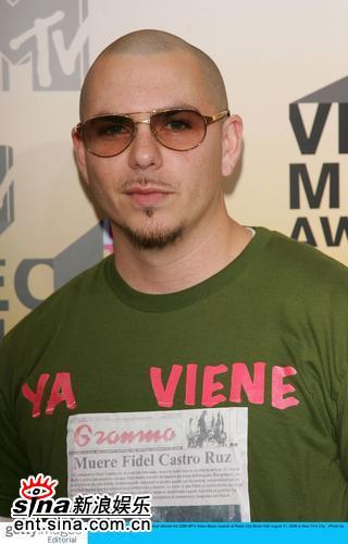图文:说唱歌手Pitbull绿色T-Shirt登上红地毯