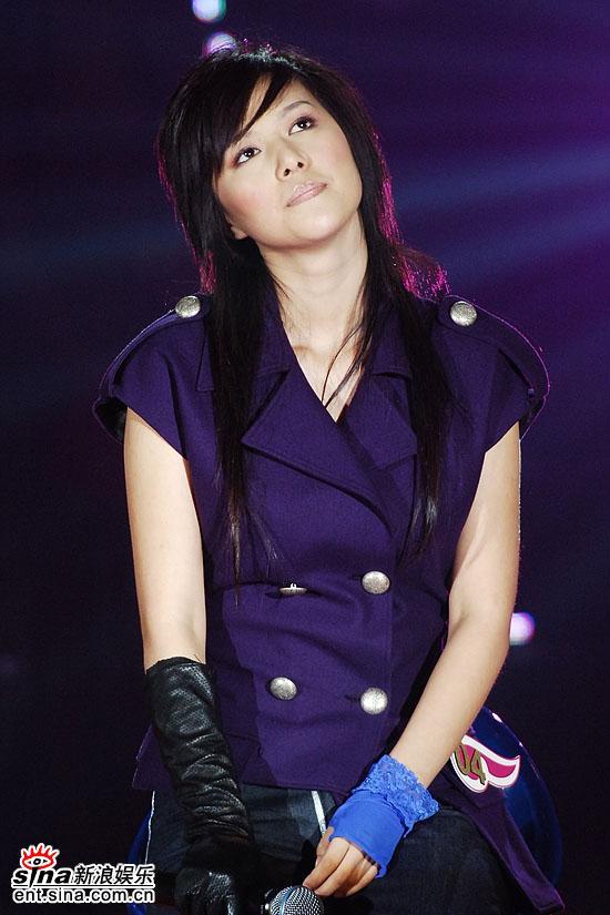 图文:超级女声总决赛8进6-谭维维紫色外衣(4)