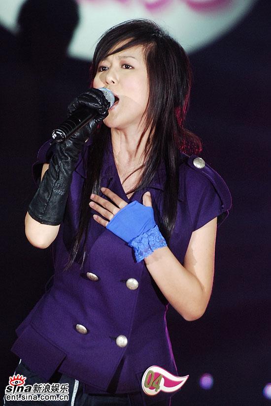 图文:超级女声总决赛8进6-谭维维紫色外衣(14)