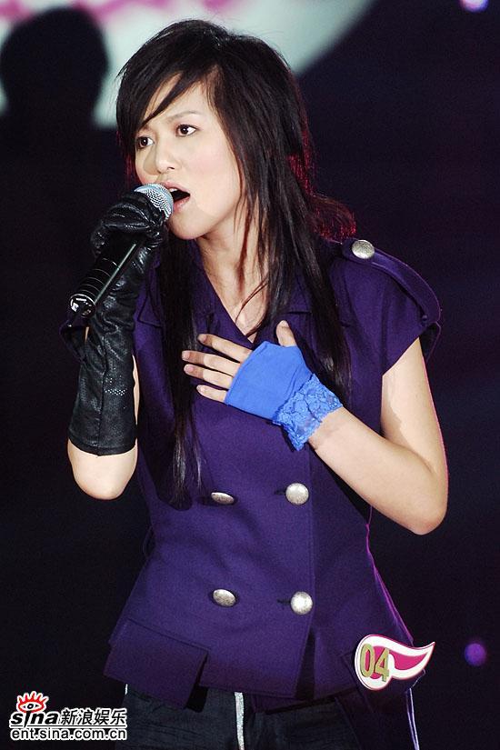 图文:超级女声总决赛8进6-谭维维紫色外衣(18)
