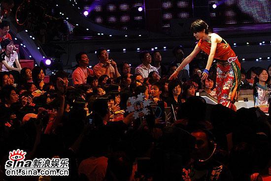图文:超级女声总决赛8进6-Reborn与歌迷互动(2)