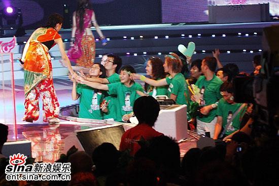 图文:超级女声总决赛8进6-Reborn与歌迷互动(3)