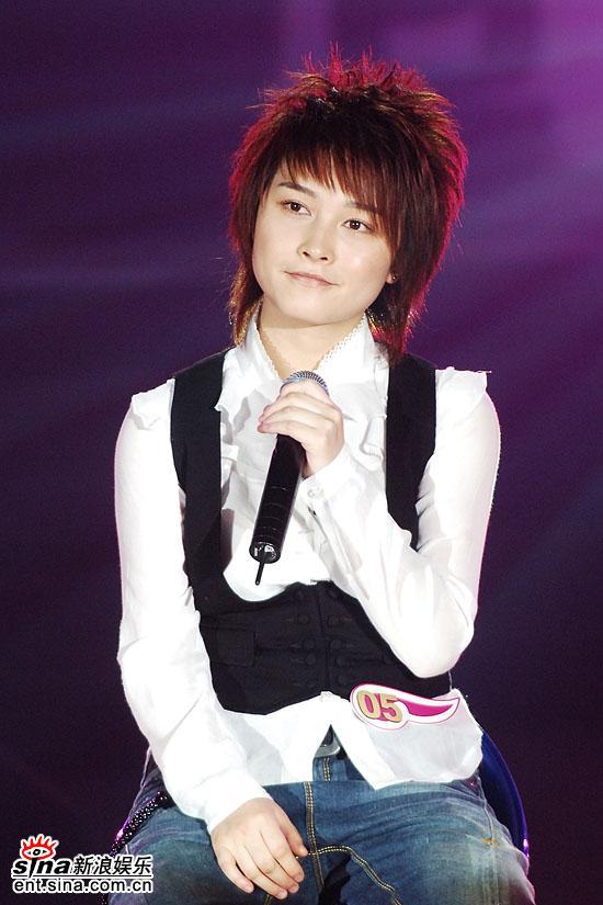 图文:超级女声总决赛8进6-厉娜坐在椅子上演唱(17)