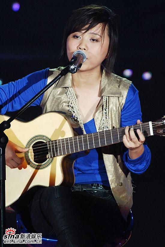 图文:超级女声总决赛8进6-韩真真弹奏心爱吉他(6)