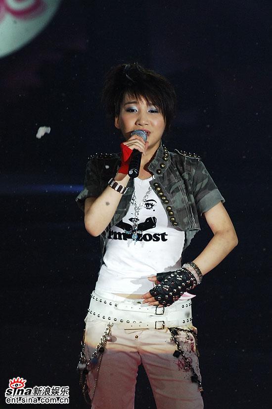 图文:超级女声总决赛8进6-艾梦萌激情演唱