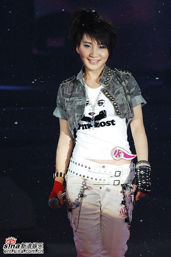 图文:超级女声总决赛8进6-艾梦萌甜美微笑