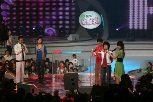 图文:超级女声总决赛8进6-许飞韩真真登上PK台