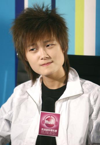 组图:李宇春录制节目自然率真做鬼脸搞怪可爱
