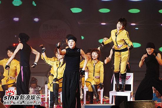 图文:超级女声总决赛6进5--艾梦萌现场高歌热舞