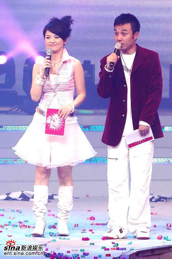 图文:超女总决赛6进5--主持人李湘汪涵