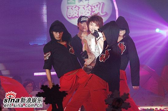 图文:超女总决赛6进5--厉娜PK战演唱《因为你》