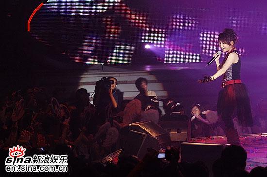 图文:超女总决赛6进5--艾梦萌唱原创《红舞鞋》