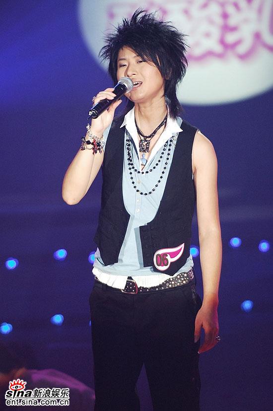 图文:超女总决赛6进5--尚雯婕上台演唱PK曲目