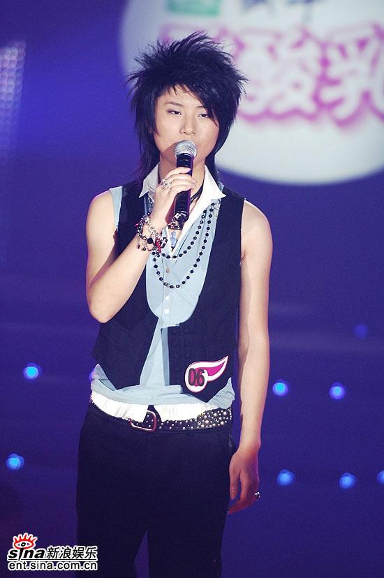 图文:超女总决赛6进5--尚雯婕深情演绎PK曲目
