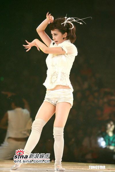 图文:蔡依林生日香港开唱--短衣短裤