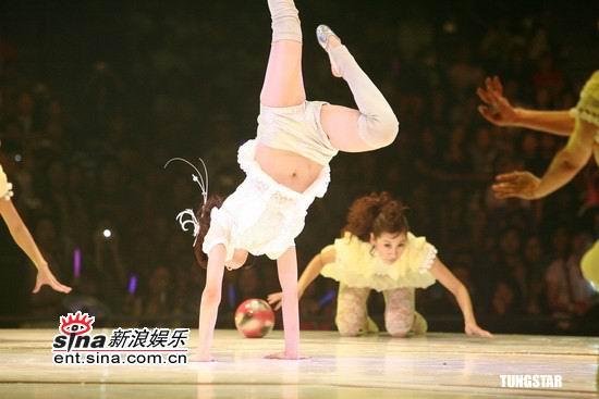 图文:蔡依林生日香港开唱--倒立空转