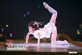 组图:蔡依林生日香港开唱空中劈腿玩空旋