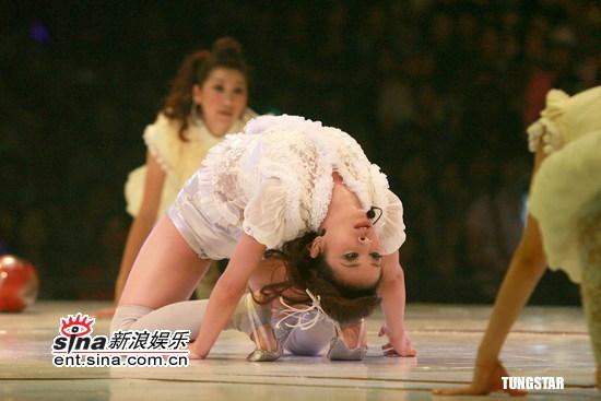 图文:蔡依林生日香港开唱--跪地倒仰身