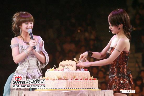 图文:蔡依林生日香港开唱--切蛋糕