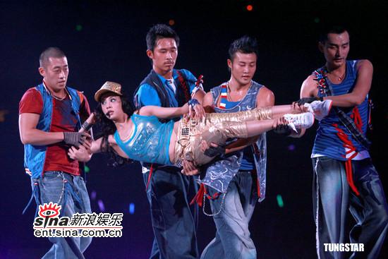 图文:蔡依林生日香港开唱--四人抬上台