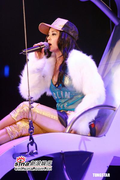 图文:蔡依林香港个唱第二场--高空坐椅