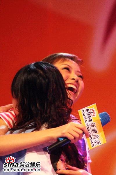 图文:张靓颖唱响新浪歌会--与歌迷亲切拥抱