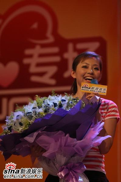 图文:张靓颖唱响新浪歌会--怀抱99多玫瑰花