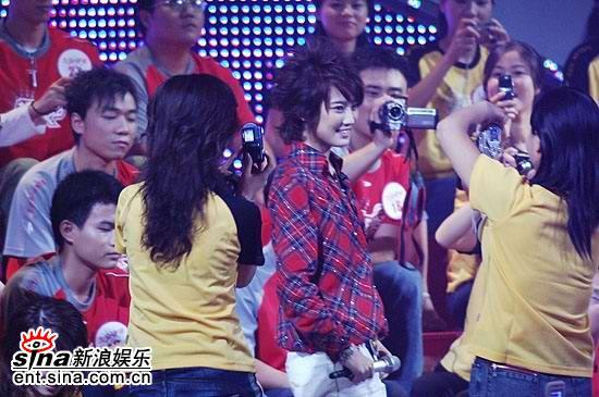 图文:超级女声总决赛5进4-刘力扬被粉丝们包围