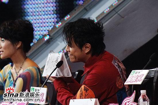 图文:超女总决赛5进4--评委选出刘力扬晋级