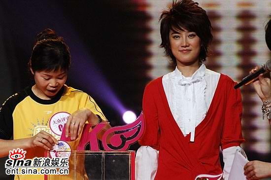 图文:超女总决赛5进4--刘力扬PK少露笑容