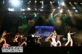 吴建豪安七炫成功开唱人民会堂释放活力(组图)