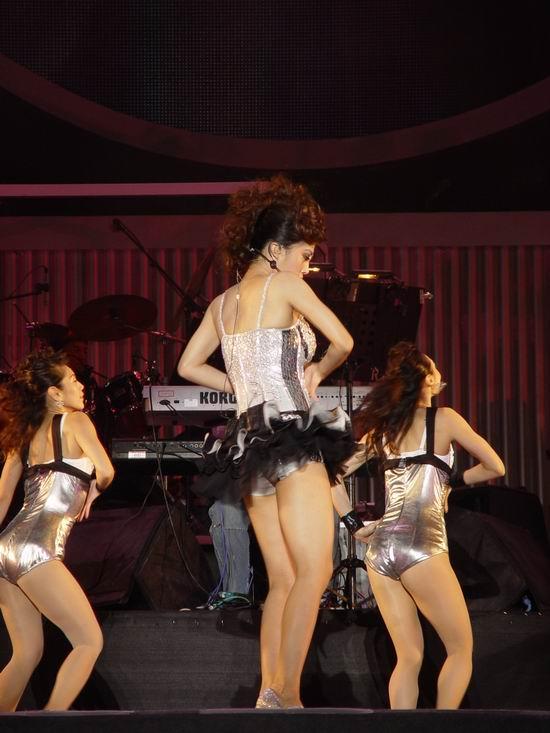 图文:蔡依林上海演唱会开唱--扭腰摆臀