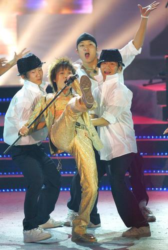 组图:李宇春成都歌友会造型多变躺在帅哥怀中