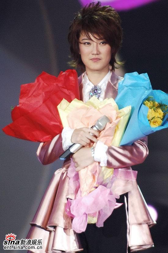 图文:2006超级女声总决赛--刘力扬手捧三束花