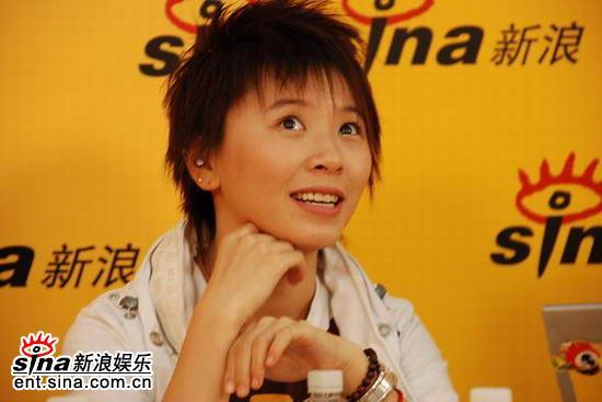 图文:嘉宾点评06超女总决赛-黄雅莉望天状