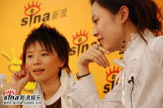 图文:嘉宾点评06超女总决赛-黄雅莉与主持人