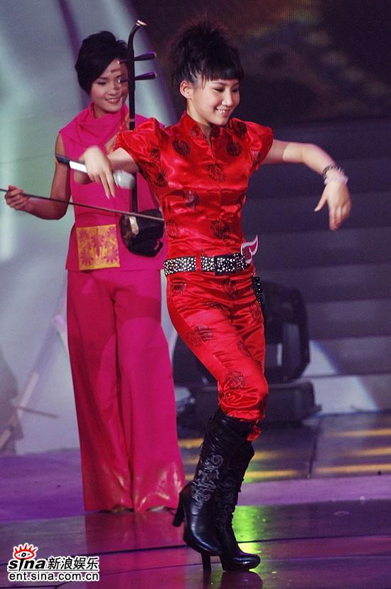 图文:2006超级女声总决赛--艾梦萌秀舞姿