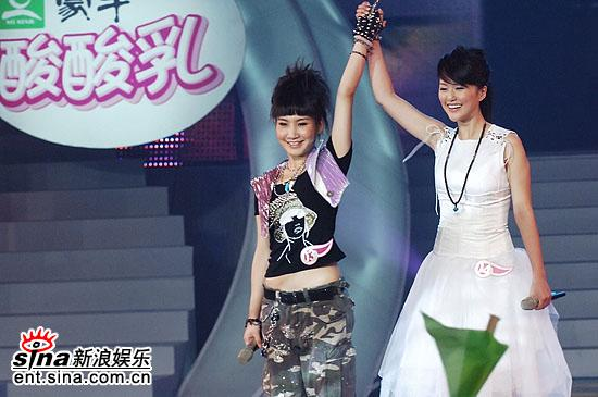 图文:2006超级女声总决赛--艾梦萌PK谭维维