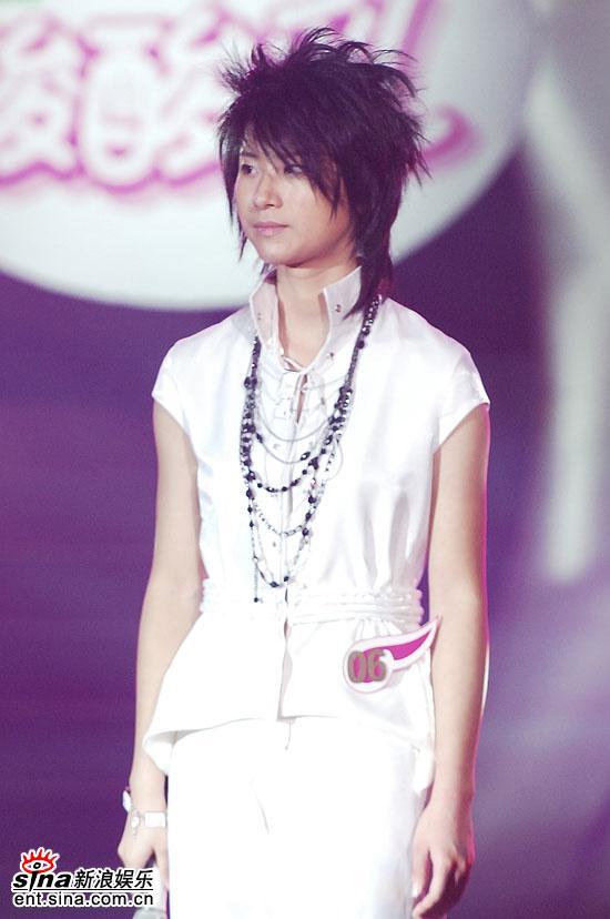 图文:2006超级女声总决赛--尚雯婕帅气白色装