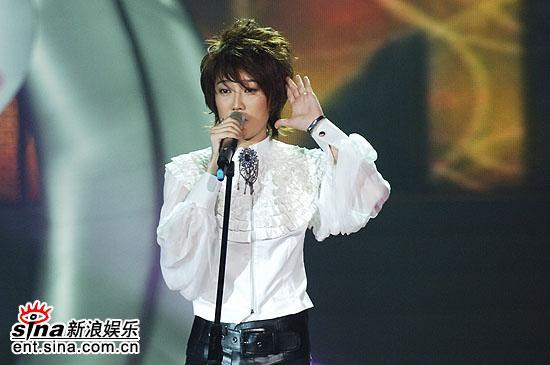 图文:2006超级女声总决赛-刘力扬聆听粉丝声音