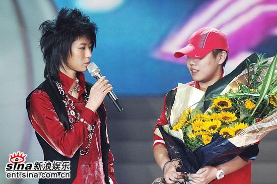 """图文:2006超级女声总决赛-尚雯婕感谢""""芝麻"""""""
