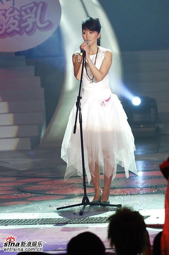 图文:06超级女声总决赛--谭维维清纯白裙登场
