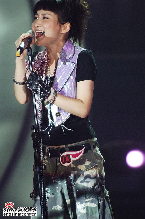图文:06超女总决赛--艾梦萌首先演唱PK歌曲