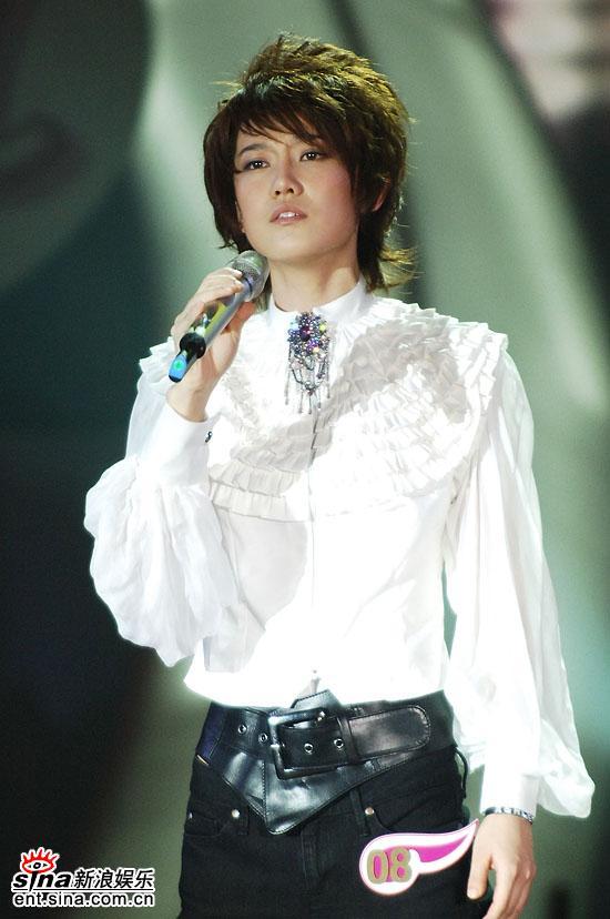 图文:06超女总决赛--刘力扬PK环节演唱完毕