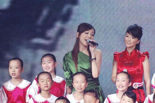 图文:2006超级女声总决赛--张亚飞忘情演唱