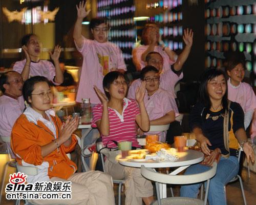 图文:新浪网友聚会现场粉丝兴致高昂